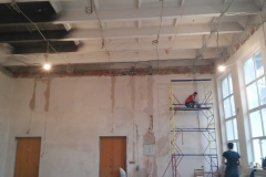Провод на потолке